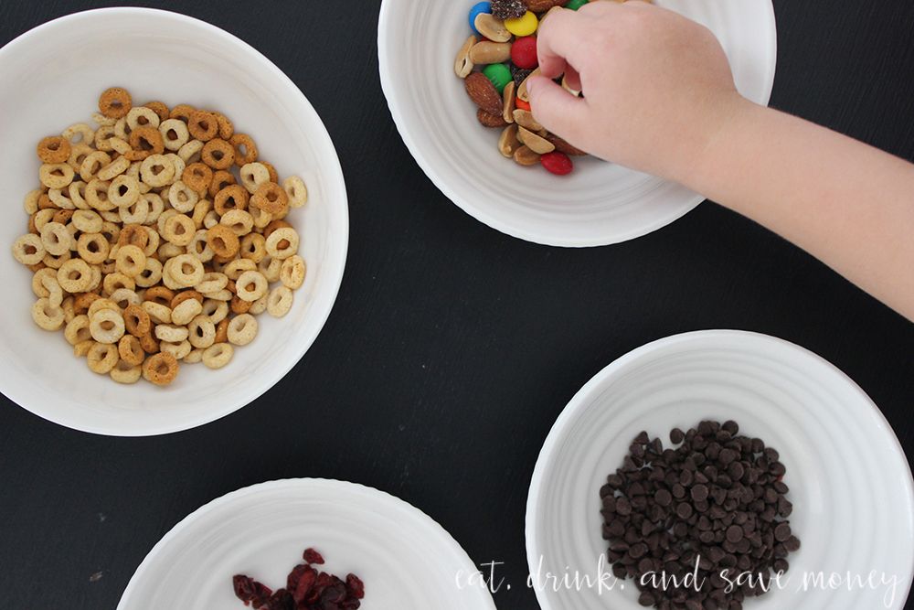 Toddler activity- make toddler trail mix with Cheerios