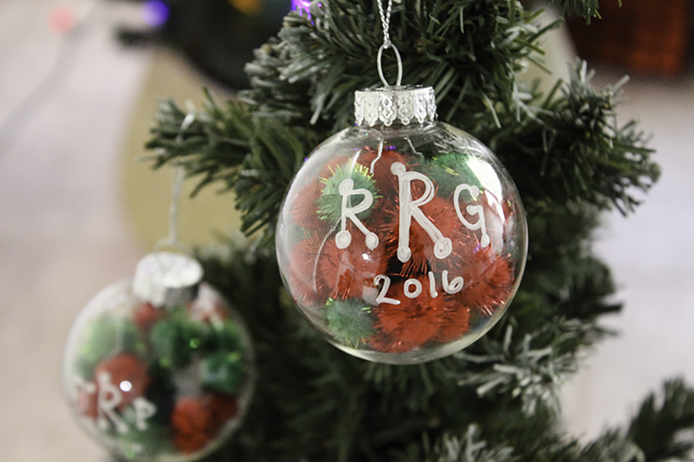 Easy DIY ornaments that kids can make. Christmas ornaments