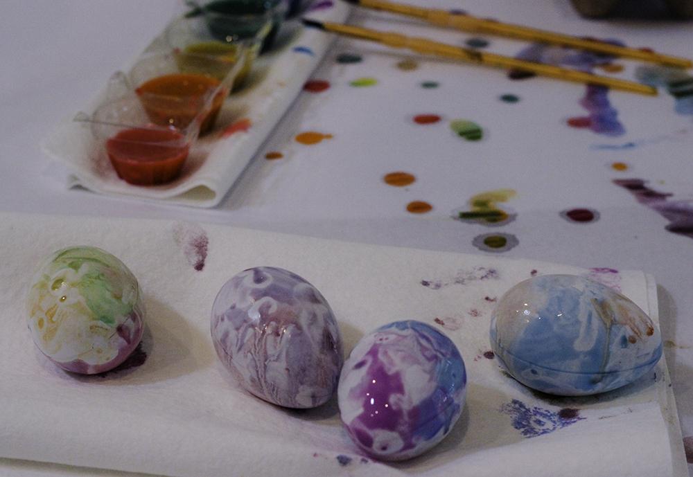 Kid friendly egg decorating idea- paint easter eggs