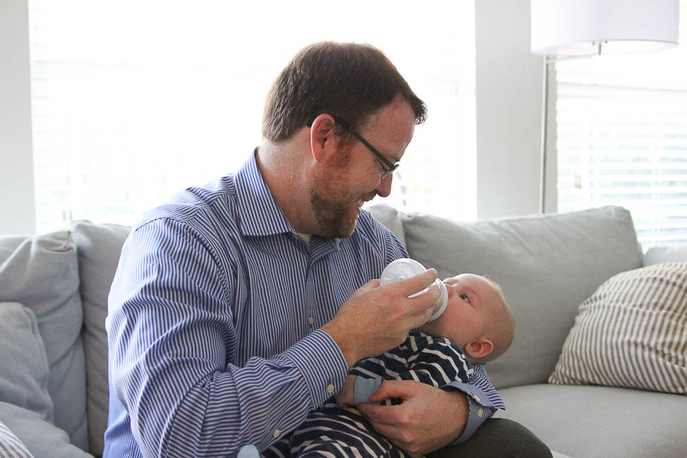 Dad bottle-feeding a breastfed baby with Phillips Avent